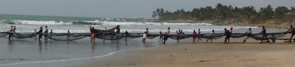 Strand mit Fischern