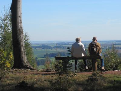 zwei Menschen auf einer Bank schauen ins weite Land