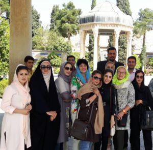 Mit Iranerinnen vor dem Hafismausoleum in Shiraz